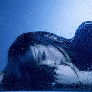 YOASOBI『夜に駆ける』の歌詞の意味と、現代社会で起こる命の問題とは?